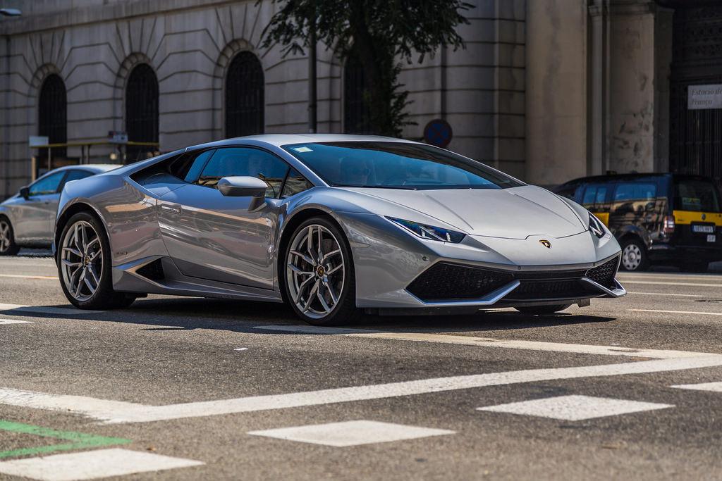 lambo races jet: Lamborghini Huracan